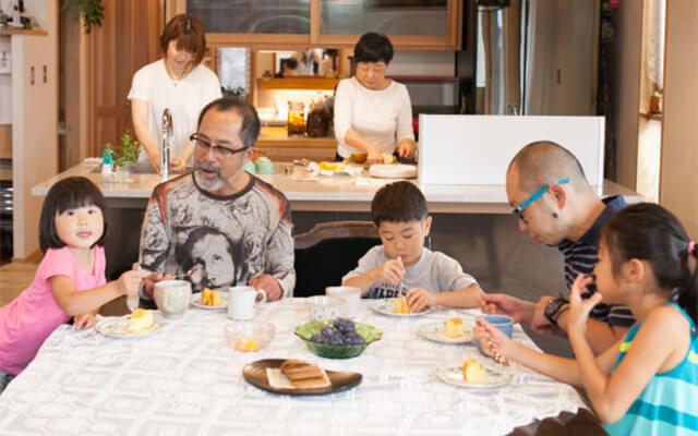 木の家|福岡の新築建築事例|2階建|1F:2LDK|2F:3LDK|子どもたちの声がめざまし時計三世代7人家族がひとつに|エコワークス|CASE-08