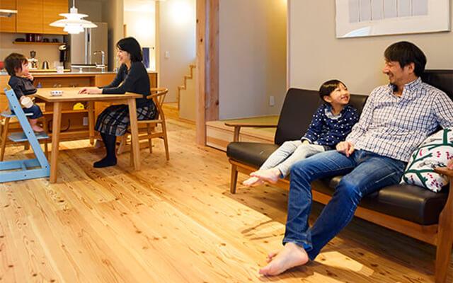 木の家|福岡の新築建築事例|2階建|4LDK|キッチンを中心に笑顔が広がる小さな豊かな暮らし|エコワークス|CASE-16